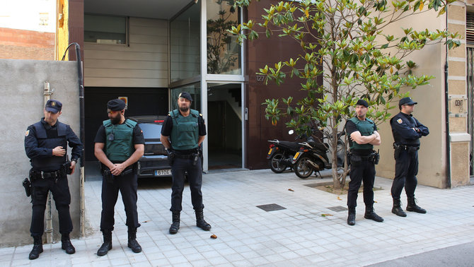 Agents de la Guàrdia Civil i la Policia Nacional custodiant la casa de Sandro Rosell (EFE)