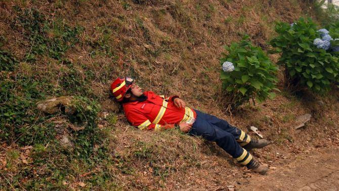 Les fotos dels bombers en l'incendi de Portugal que han commogut les xarxes