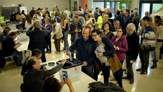 Cues per votar l'1-O en un col·legi de Vic (Reuters)