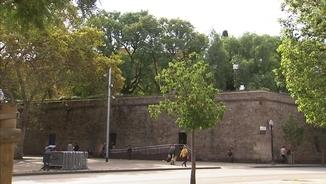 Les llicències dels hotels de Drassanes, paralitzades a l'espera que el govern decideixi si protegeix l'entorn de la muralla