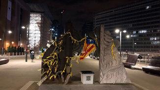 Llaços grocs i una urna i una estelada en una estàtua davant de la Comissió Europea (ACN)
