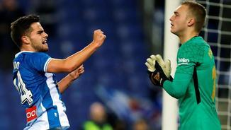 Òscar Melendo, celebrant el seu gol al Barça davant Jasper Cillessen (EFE)