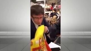 Puigdemont fa un petó a una bandera espanyola