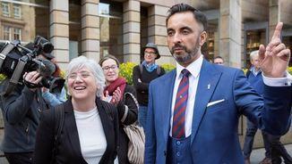 Clara Ponsatí i el seu advocat a la sortida del Tribunal d'Edimburg (EFE)