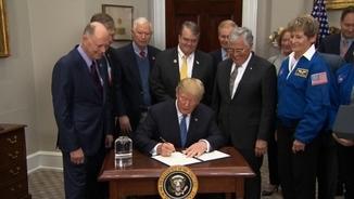 Trump signa la directiva per tornar a enviar astronautes a la Lluna