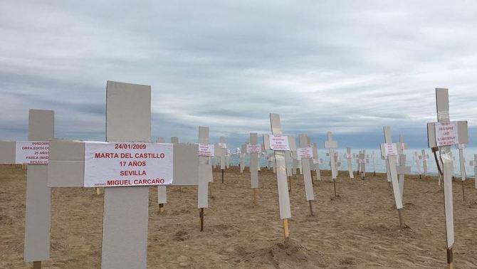 739 creus a la platja de Vinaròs recorden les víctimes de la violència masclista