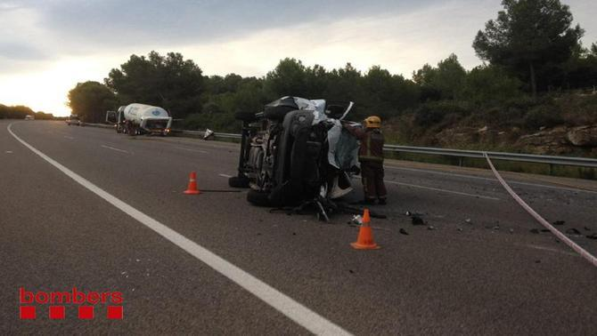 La furgoneta implicada en l'accident bolcada enmig de la via, a l'AP-7, en l'accident d'aquest 23 de setembre del 2015.