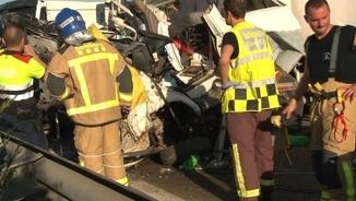 Restes del camió implicat en l'accident múltiple a l'A-2