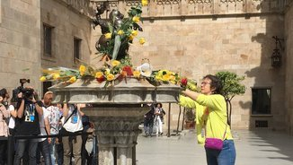 Ofrena de flors a la font de Sant Jordi del Pati dels Tarongers del Palau de la Generalitat