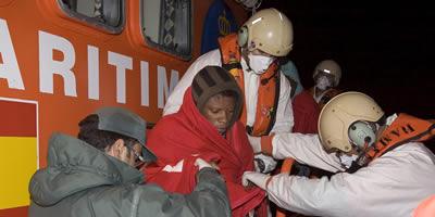 Rescaten a les costes andaluses 57 immigrants que viatjaven en una pastera