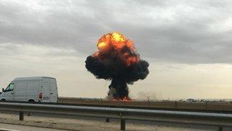 Moment en què l'avió de l'exèrcit ha caigut i ha explotat a prop de Torrejón de Ardoz (EFE)