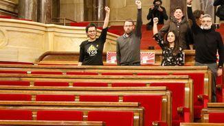 Els quatre diputats de la CUP als seus escons com a protesta