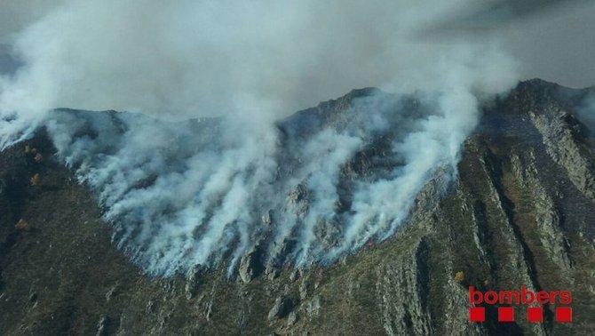 Un incendi crema en una zona d'alta muntanya a Cerbi, al Pallars Sobirà