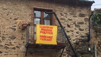 Un veí d'Espolla ha denunciat aquest dijous que li han volgut arrencar aquesta pancarta del balcó i li han trencat la canonada