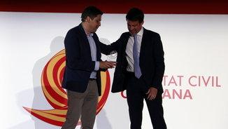 Manuel Valls rep el Premi al Seny de mans del president de SCC, José Rosiñol (ACN)
