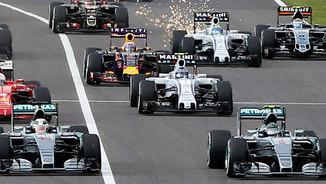 Els pilots lluiten per la primera posició a la sortida del GP del Japó 2015