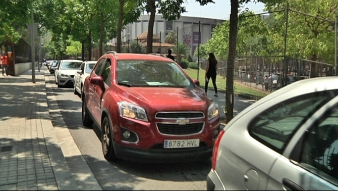 Cues de vehicles al voltant del Camp Nou