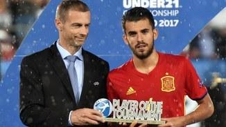 Dani Ceballos rebent el premi a l'MVP de l'Eurocopa (Foto: EFE)