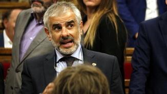 El portaveu de Cs, Carlos Carrizosa, parla amb diputats sobre la interrupció del ple, el 7-9-17 (horitzontal).