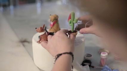 La Patricia treballa en un pastís ple de detalls