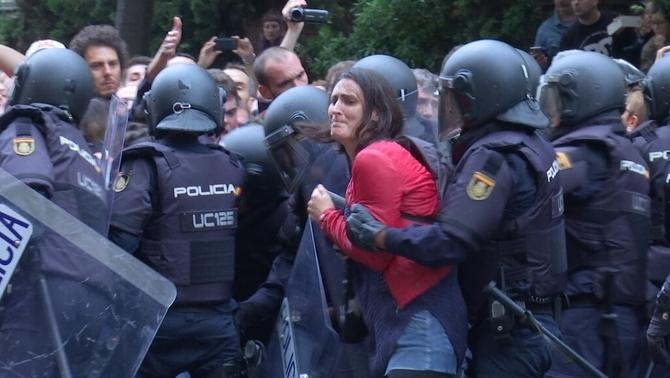 El jutge demana a la Policia Nacional que identifiqui els agents que van actuar l'1-O