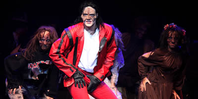 "Un moment de l'espectacle ""Forever King of Pop"", que es representa al Teatre Apolo. (Foto: ACN)"
