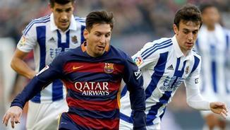 Leo Messi intenta fugir dels seus defensors (EFE)