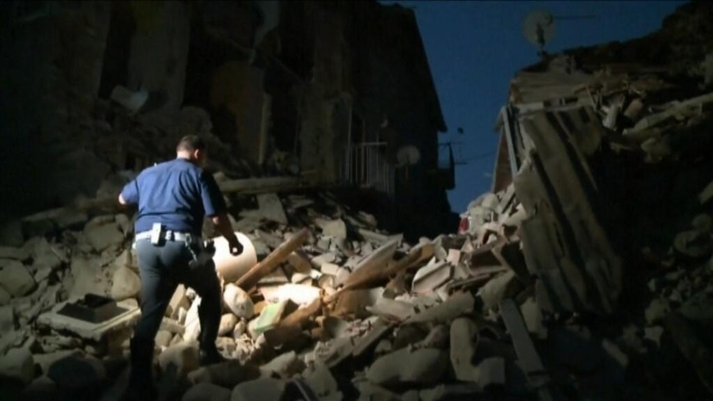 El terratrèmol ha passat de matinada i ha fet caure molts edificis. Es tem que molta gent hagi quedat atrapada sota la runa