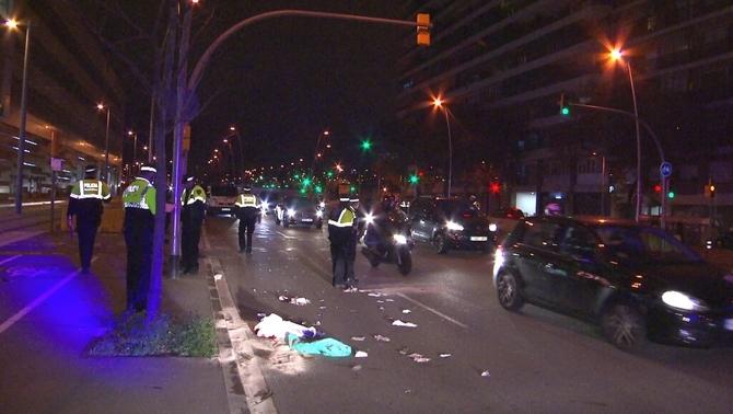 Mor un motorista després d'atropellar dues dones a la Gran Via de Barcelona