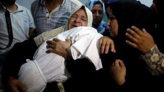 Els palestins enterren avui els seus morts pels enfrontaments d'aquest dilluns amb l'exèrcit israelià (Reuters)