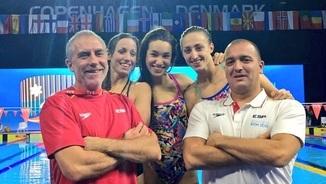 Les nedadores Jessica Vall, Àfrica Zamorano i Lidon Muñoz amb Jordi Jou (a la dreta de la imatge)