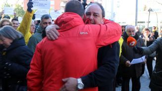 Jordi Perelló s'abraça amb un amic seu davant dels jutjats (ACN)