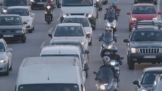 Motoristes circulant entre els cotxes a la Ronda de Dalt de Barcelona