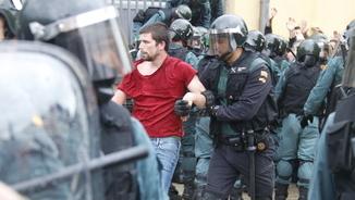 Un agent de la Guàrdia Civil s'enduu un jove a Sant Cebrià de Vallalta durant el referèndum de l'1 d'octubre (ACN)