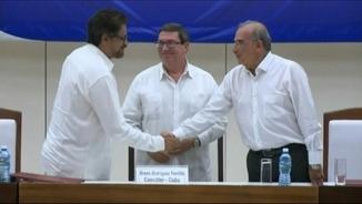 El cap negociador de les FARC, Luciano Marín Arango, juntament amb el cap de l'equip negociador del govern, Humberto de la Calle, durant l'anunci oficial a l'Havana