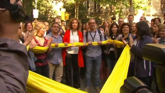 Ester Capella rebuda amb una gran llaç groc a la conselleria de Justícia