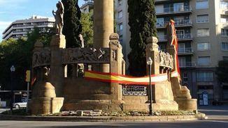 Bandera espanyola a la plaça Mossèn Cinto Verdaguer