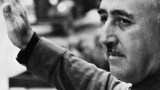 El dictador Francisco Franco alça el braç durant una desfilada militar
