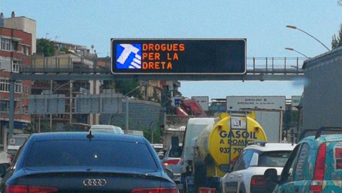 """""""Drogues per la dreta"""": un panell de trànsit sorprèn els conductors de la Meridiana"""