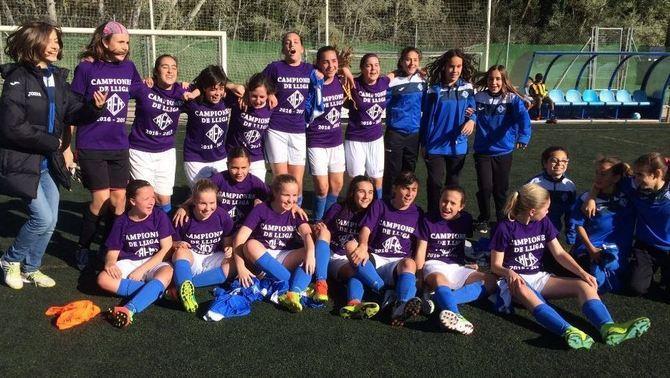 Un equip femení de Lleida, l'AEM, fa història en proclamar-se campió en una lliga masculina