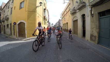 2.000 ciclistes pedalen a Riudoms en record dels dos companys atropellats mortalment