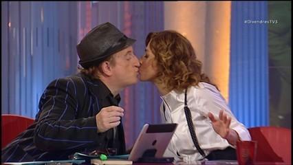 El petó de Javier Gurruchaga a Helena Garcia Melero