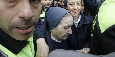 """Les """"mares"""" de la nena robada per sor María diuen no haver firmat tots els documents on consta la seva rúbrica"""
