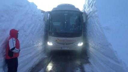 Autocar entre dos murs de neu
