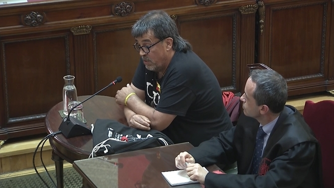 """""""You, the famous guy"""": the Guardia Civil to the alderman with the clown nose on October 1"""