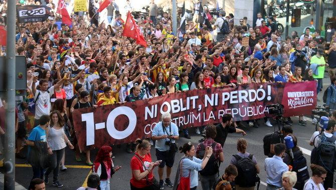 Milers d'estudiants van de la plaça Universitat a la de Sant Jaume al cap d'un any de l'1-O