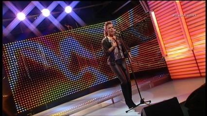 "Gisela ens interpreta ""Sigue el ritmo"""