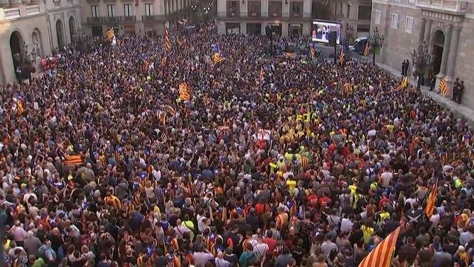 Milers de persones celebren la declaració d'independència a la plaça de Sant Jaume