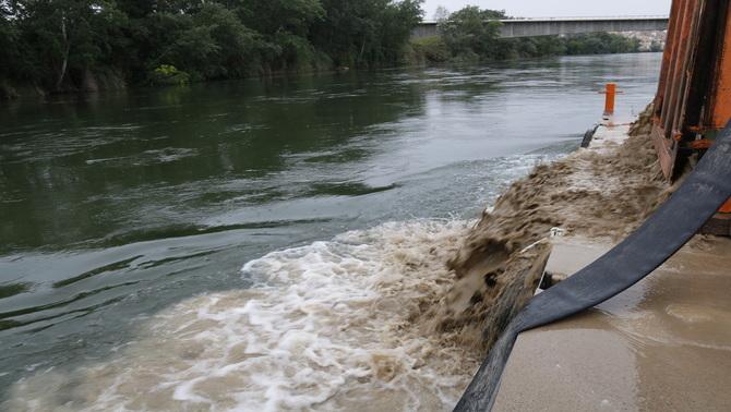 Injecten 50 tones d'argila i sorra al riu Ebre per estudiar el comportament dels sediments