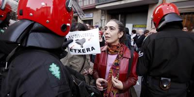 L'Audiència Nacional prohibeix que les famílies de presos d'ETA es concentrin per exhibir fotografies dels seus fills